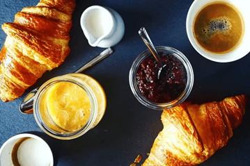 Kawa z miodem – zdrowy zamiennik kawy z cukrem?