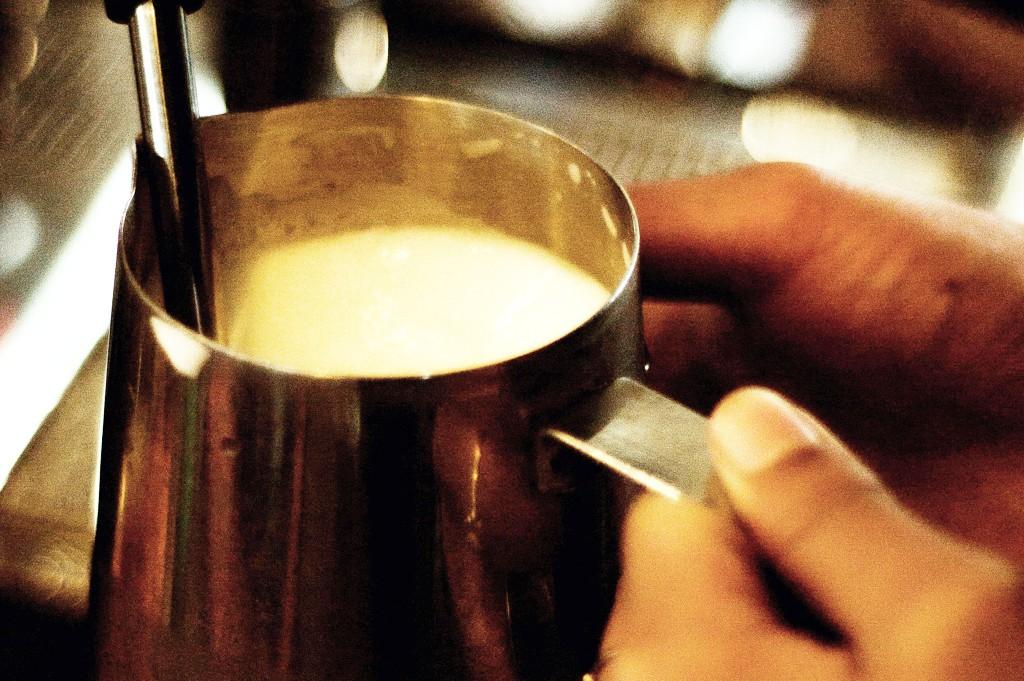 jak spienić idealne mleko do kawy