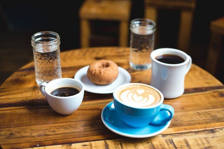 Kawa w filiżance czy w kubku – w czym pić kawę, aby smakowała najlepiej?