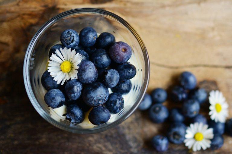 Kawa mrożona z sezonowymi owocami. Jak przyrządzić napój idealny na lato?