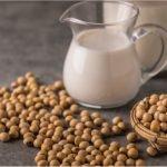 Kawa z mlekiem roślinnym – jakie wybrać, żeby nie zakłócić smaku kawy?