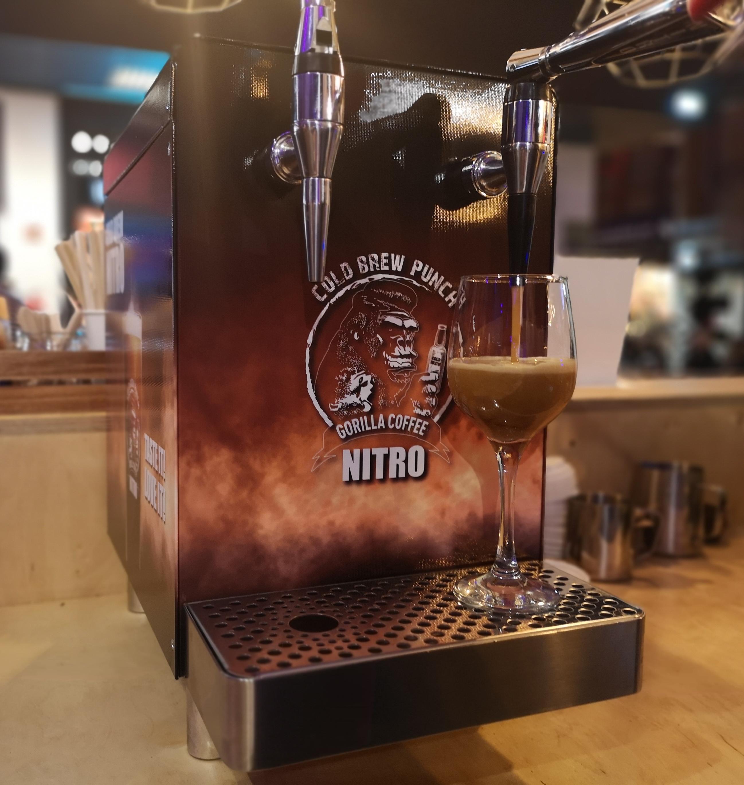 Kieliszek przy nalewaku do kawy nitro