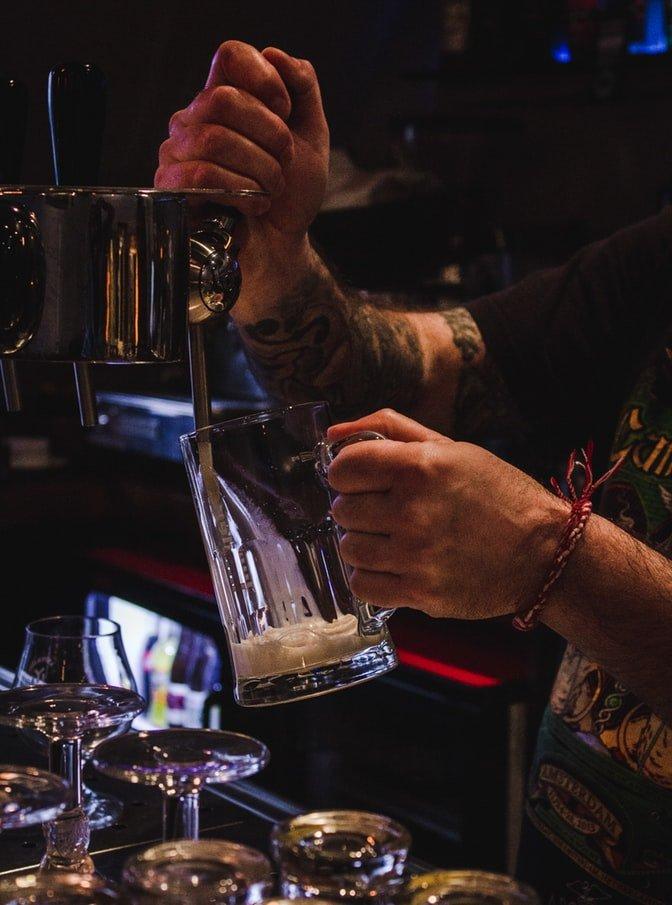nalewanie piwa w barze