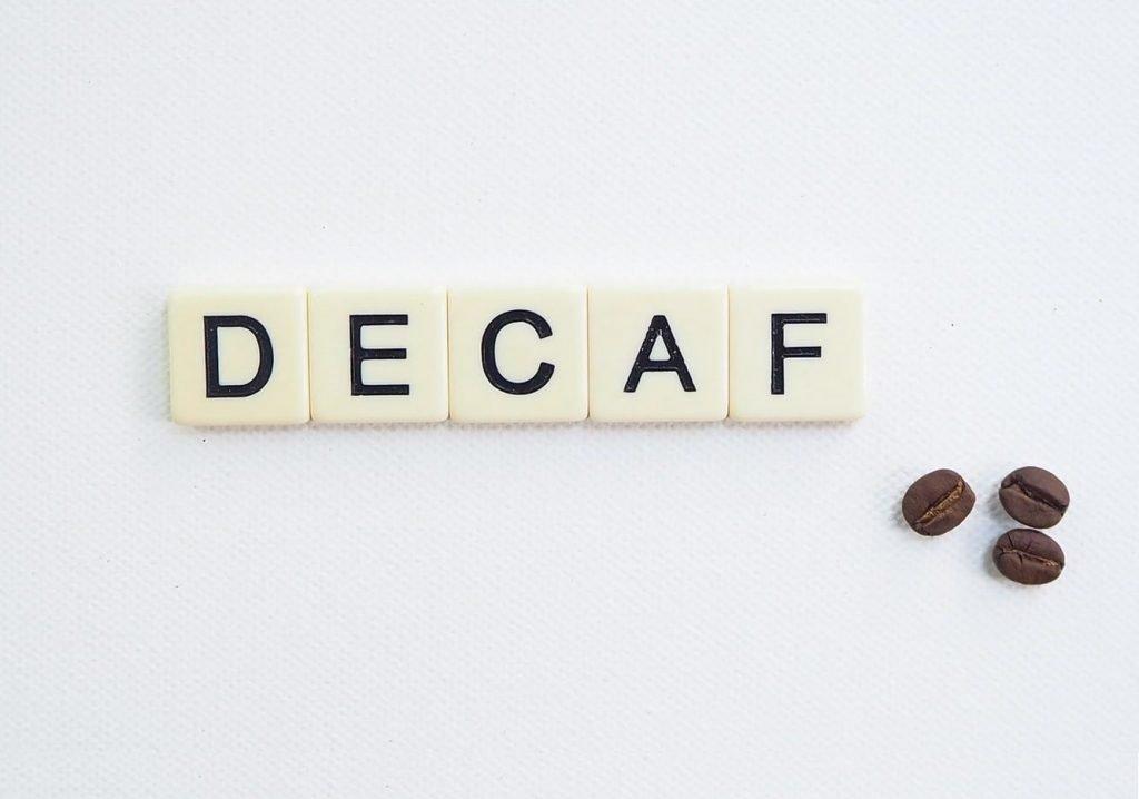 """napis """"decaf"""" ułożony ze scrabbli"""