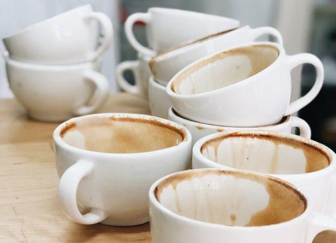 brudne białe filiżanki po kawie