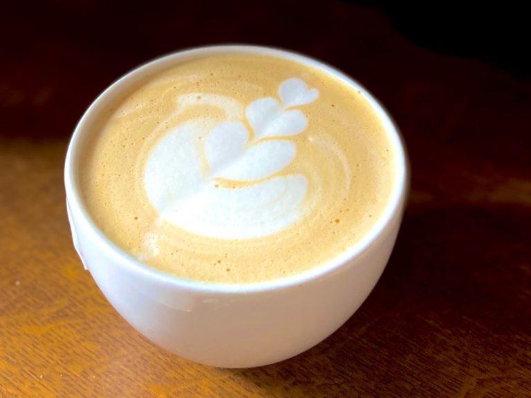 Jak zrobić kawę ze spienionym mlekiem bez użycia ekspresu w domu?