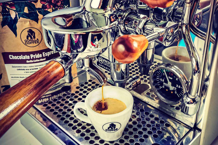 Espresso, serwer, ratio i konewka – mini słownik kawowy